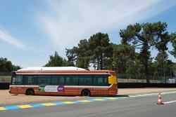 Ein öffentliher Bus im Kiesbett in der Mulsanne-Kurve