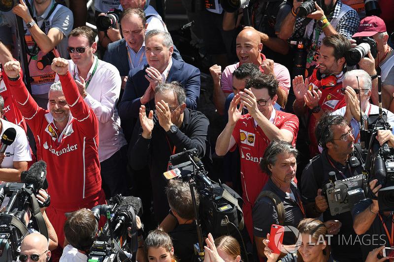 Maurizio Arrivabene, Team Principal Ferrari, Sergio Marchionne, CEO FIAT, Mattia Binotto, Chief Technical Officer Ferrari e Piero Lardi Ferrari, Vice Presidente Ferrari festeggiano con il team