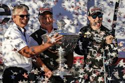 Чемпион IndyCar 2017 года Джозеф Ньюгарден празднует чемпионский титул вместе с владельцем команды Team Penske Роджером Пенске