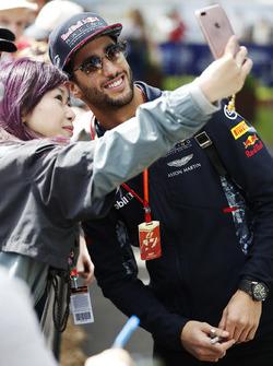 Daniel Ricciardo, Red Bull Racing, prend une photo avec un fan