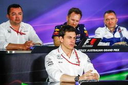 Гоночный директор McLaren Эрик Булье, совладелец и исполнительный директор Mercedes AMG F1 Тото Воль