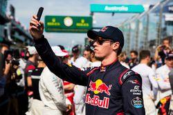 Daniil Kvyat, Scuderia Toro Rosso, maakt een foto