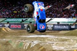 Un monster truck haciendo un back flip frontal