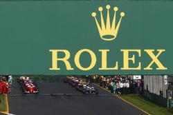Lewis Hamilton, Mercedes AMG F1 W08, et Sebastian Vettel, Ferrari SF70H, se préparent à mener au départ