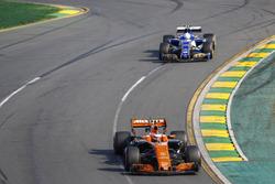 Стоффель Вандорн, McLaren MCL32, и Антонио Джовинацци, Sauber C36
