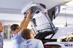 Des mécaniciens de Hyundai Motorsport