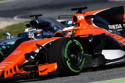 Stoffel Vandoorne, McLaren MCL32 y Valtteri Bottas, Mercedes AMG F1 W08