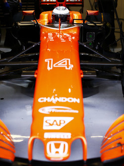 Fernando Alonso, McLaren, dans son cockpit, avec la visière baissée