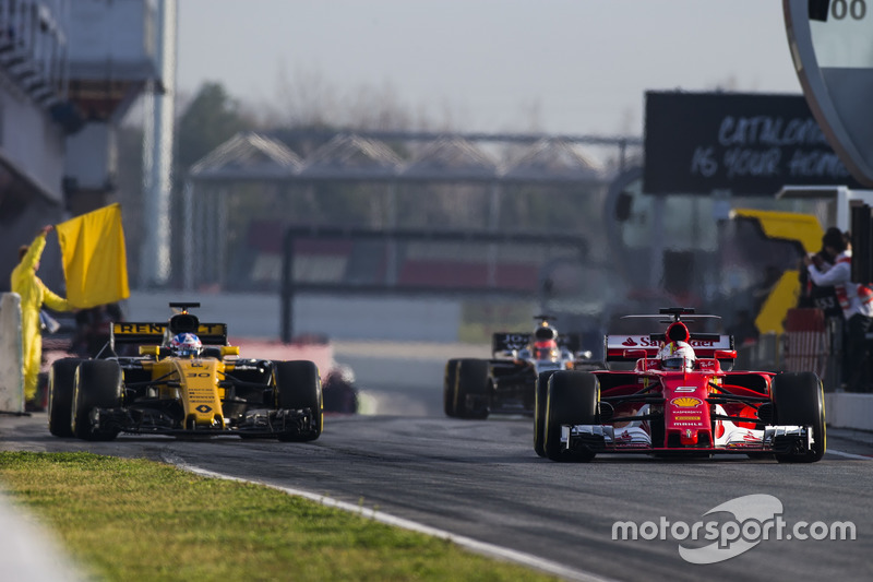 Себастьян Феттель, Ferrari SF70H, випереджає Джоліона Палмера, Renault Sport F1 Team RS17, та Естебан Окон, Force India VJM10, на виїзді з піт-лейну