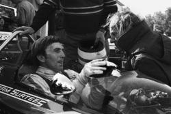 Derek Bell, Surtees TS7-Ford con il boss del team, John Surtees