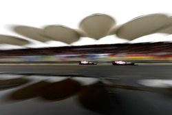 Sergio Perez, Force India VJM10, delante de Esteban Ocon, Force India VJM10