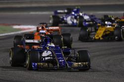 Маркус Эрикссон, Sauber C36, Фернандо Алонсо, McLaren MCL32, Джолион Палмер, Renault Sport F1 RS17