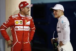 Ganador de la pole Valtteri Bottas, Mercedes AMG, tercer lugar Sebastian Vettel, Ferrari
