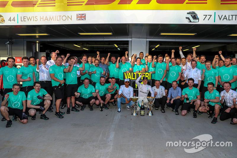 Race winner Valtteri Bottas, Mercedes AMG F1, Lewis Hamilton, Mercedes AMG F1 and the team