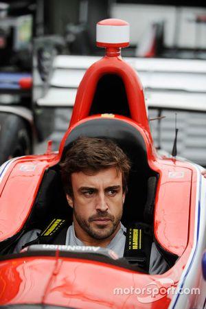 Fernando Alonso zit in de auto van Marco Andretti