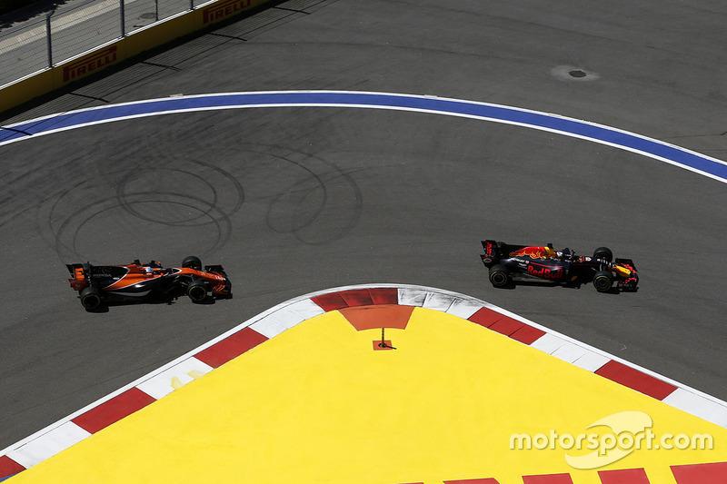 Daniel Ricciardo, Red Bull Racing RB13 y Fernando Alonso, McLaren MCL32