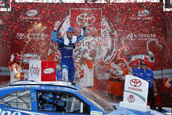 Kyle Larson, Chip Ganassi Racing Chevrolet celebrates in victory lane
