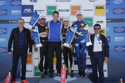 المنصة: الفائز بالسباق لاندو نوريس، كارلين، المركز الثاني جيهان داروفالا، كارلين، المركز الثالث فردي