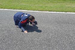 Stefano Accorsi ispeziona il circuito di Adria