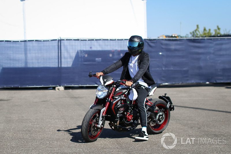 Льюіс Хемілтон на мотоциклі MV Agusta Dragster RR LH44 Limited Edition