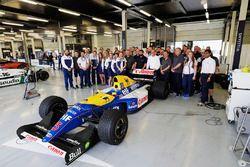 Foto de grupo junto al Williams FW14B Renault
