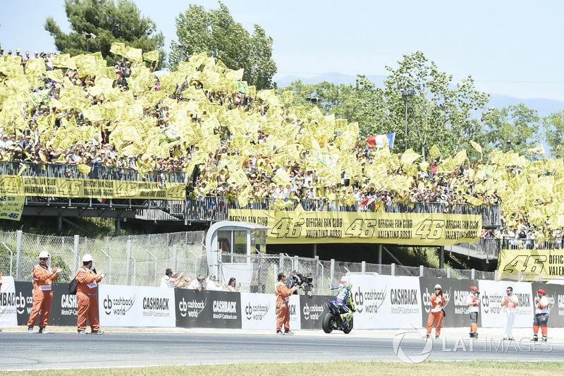 Valentino Rossi melambaikan tangan kepada para fansnya