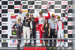 Podium: GT-Sieger Johnny O'Connell; GTA-Sieger Frankie Montecalvo; GT-Cup Sieger Sloan Urry