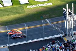 Le sprint à l'arrivée entre Denny Hamlin, Joe Gibbs Racing Toyota et Martin Truex Jr., Furniture Row Racing Toyota