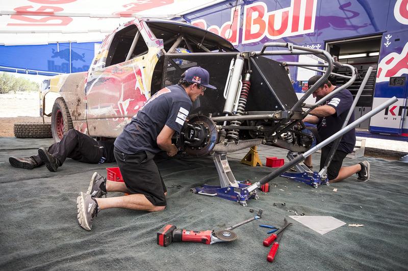 Mekanikerler Bryce Menzies'in tırı üzerinde çalışıyor