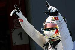 Lewis Hamilton, Mercedes AMG F1 fête sa pole dans le parc fermé