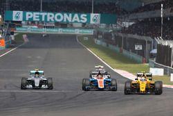 Nico Rosberg, Mercedes AMG F1 W07 Hybrid, Pascal Wehrlein, Manor Racing MRT05, et Jolyon Palmer, Renault Sport F1 Team RS16, en lutte pour une position