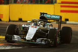 Lewis Hamilton, Mercedes AMG F1 W07 Hybrid con la cubierta de la cabina Halo