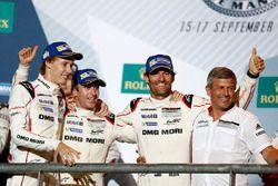 Победители гонки Тимо Бернхард, Марк Уэббер и Брендон Хартли на подиуме вместе с Фрицем Энцингером,