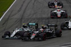 Nico Rosberg, Mercedes AMG F1 W07 Hybrid y Jenson Button, McLaren MP4-31