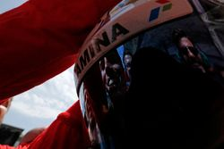 Le reflet des mécaniciens Prema dans la visière du vainqueur Antonio Giovinazzi, PREMA Racing