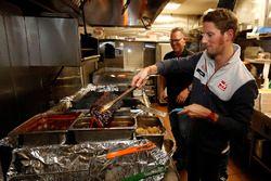 Romain Grosjean, Haas F1 Team, am Grill im Mac's Speed Shop in Charlotte