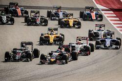 Daniil Kvyat, Scuderia Toro Rosso STR11; Fernando Alonso, McLaren MP4-31