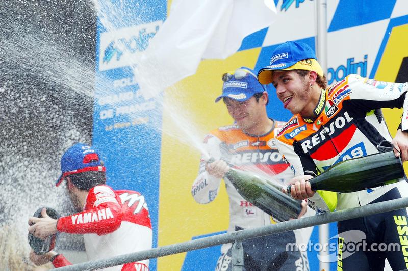 Podio: 1º Valentino Rossi, 2º Tohru Ukawa, 3º Max Biaggi