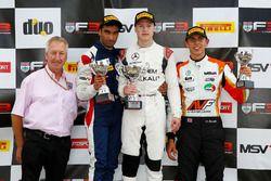 Podio: ganador Nikita Mazepin, Carlin, segundo lugar Tarun Reddy, Fortec Motorsports, tercer lugar Scott Harrison, HHC Motorsport