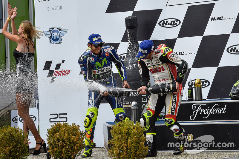 Podio: il vincitore della gara Cal Crutchlow, Team LCR Honda, il secondo classificato Valentino Rossi, Yamaha Factory Racing, il terzo classificato Marc Marquez, Repsol Honda Team festeggiano con lo champagne