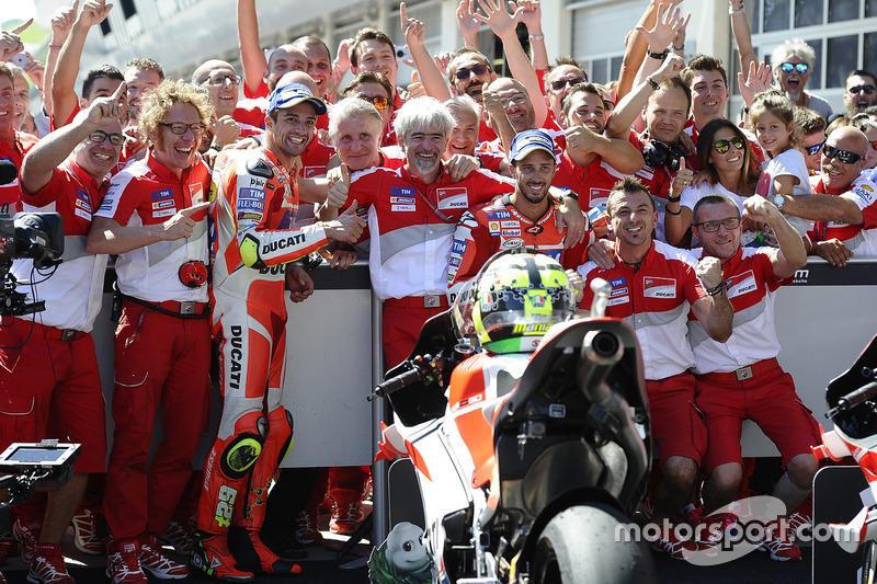 Die Ducati-Piloten und das Team im Parc Fermé