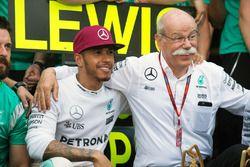 Lewis Hamilton, Mercedes AMG F1, fête sa victoire avec le Dr. Dieter Zetsche, PdG Daimler AG, et son team