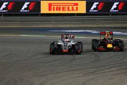 Romain Grosjean, Haas F1 Team VF-16 e Daniil Kvyat, Red Bull Racing RB12