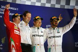 Podio: Kimi Raikkonen, Ferrari, segundo; Aldo Costa, Mercedes AMG F1 Director de Ingenieria; Nico R