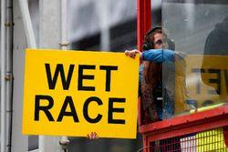 Il cartello di segnalazione di gara bagnata