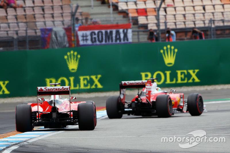 As duas Ferraris formam a terceira fila, mas em uma ordem diferente da imagem: Kimi Räikkönen parte à frente de Sebastian Vettel.