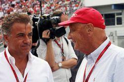 Jean Alesi, with Niki Lauda, Mercedes Non-Executive Chairman on the grid