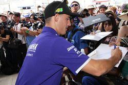 #21 Yamaha Factory Racing Team: Pol Espargaro firma autografi ai tifosi