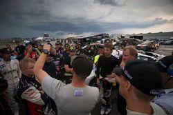Yağmur gecikmesinin ardından pilotlar bir sonraki adımın ne olması gerektiğini tartışıyor