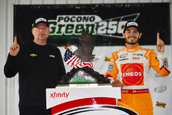 Race winner Kyle Larson, Chip Ganassi Racing Chevrolet with crew chief Mike Shiplett